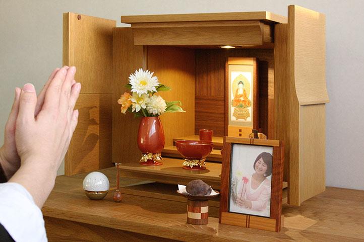 仏壇の中に遺影写真は飾っていいの?